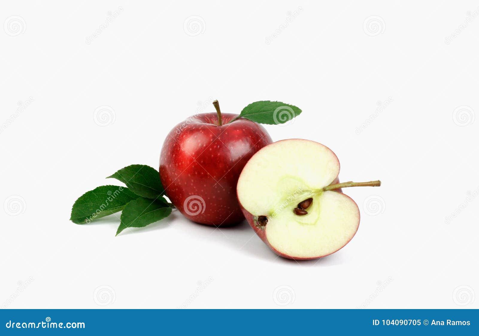 Fruta roja madura de la manzana con la mitad de la manzana y la hoja verde de la manzana aisladas en el fondo blanco