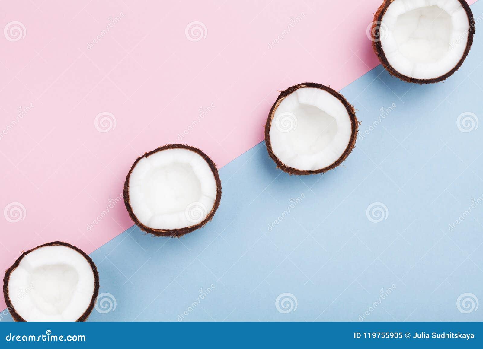 Fruta tropical del coco media en la opinión superior del fondo en colores pastel mínimo Modelo creativo del verano para el diseño