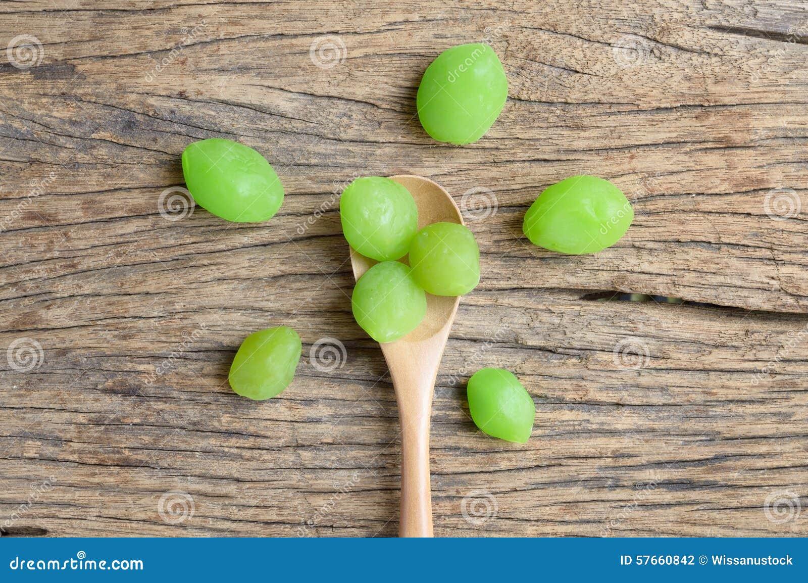 Fruta verde del myrobalan de la salmuera