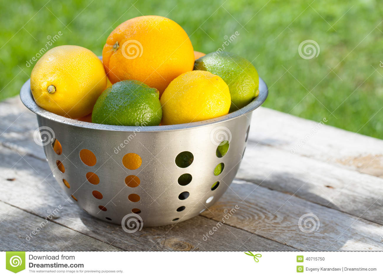 Frutas cítricas maduras frescas en colador