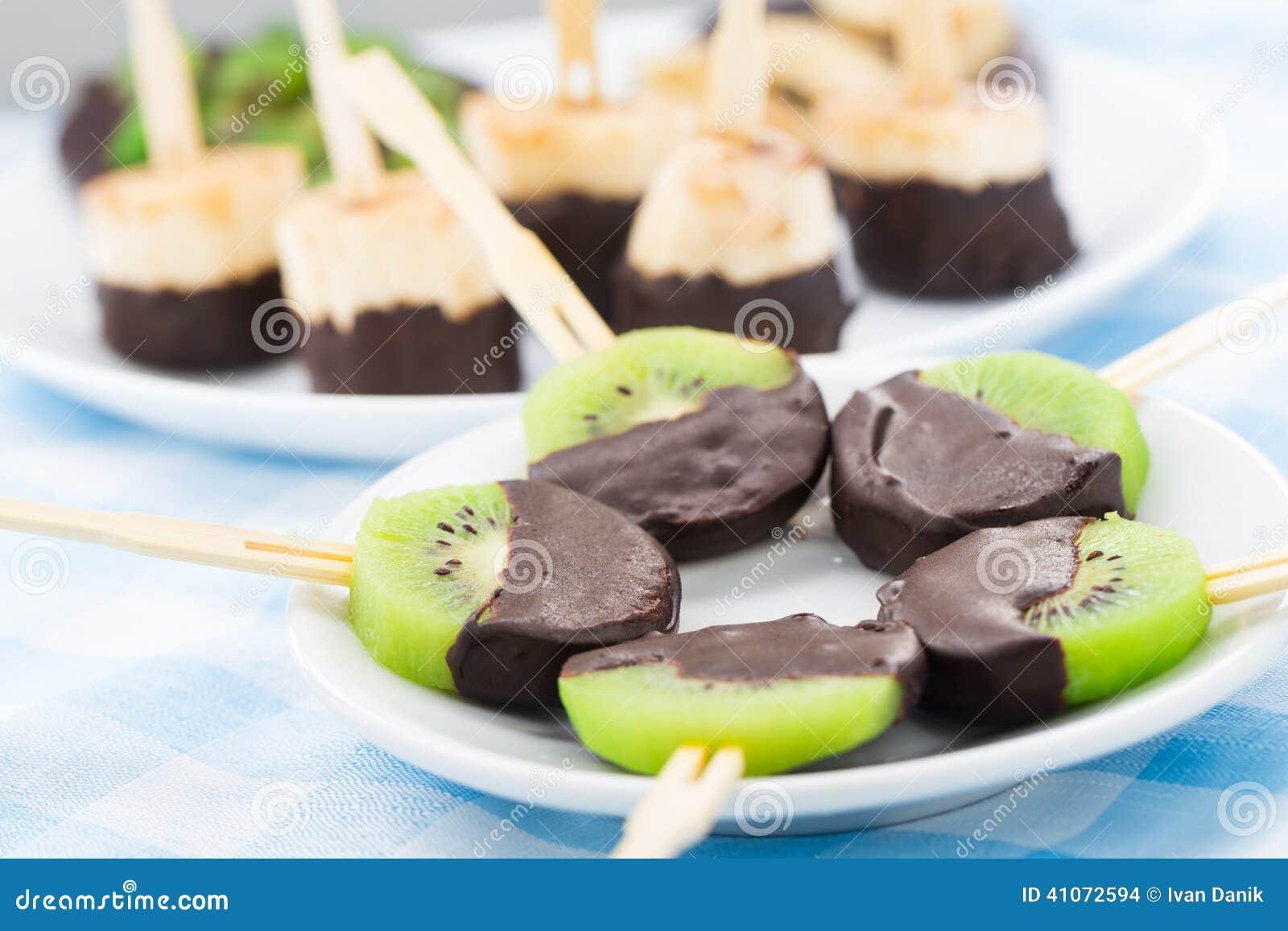 Frutas con el chocolate en un palillo