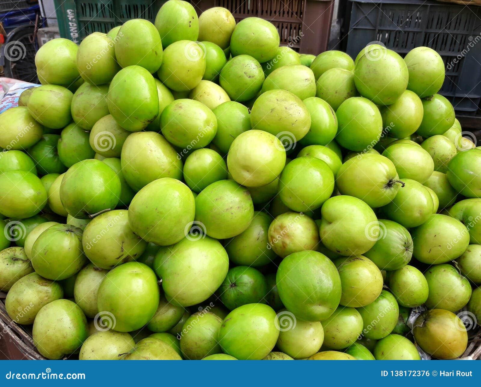 Frutas de la ciruela claudia en mercado en venta