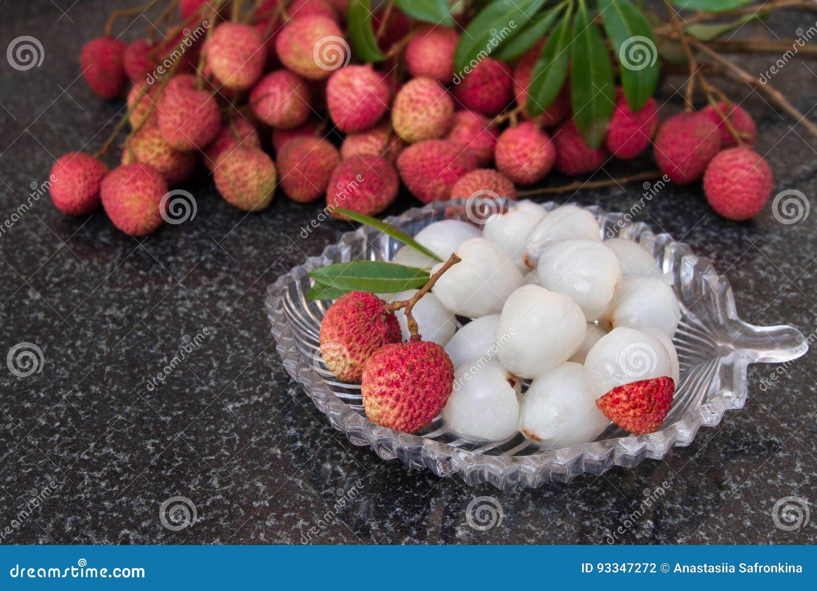 Frutas del lichí Fruta jugosa fresca del lichi en una placa de cristal Fruta pelada del lichi