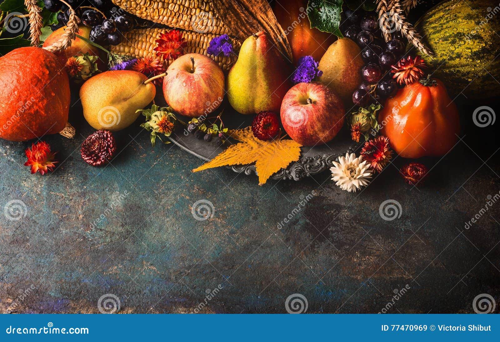 Frutas e legumes da queda no fundo de madeira rústico escuro, vista superior, beira