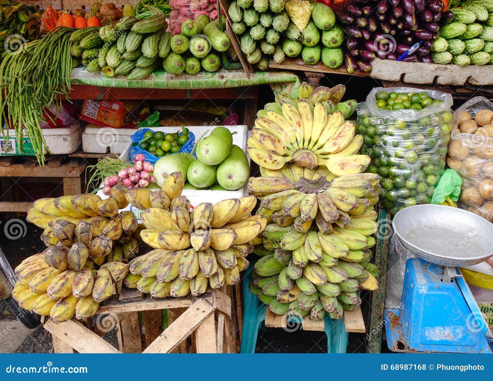 Frutas e legumes frescas no mercado em Manila, Filipinas
