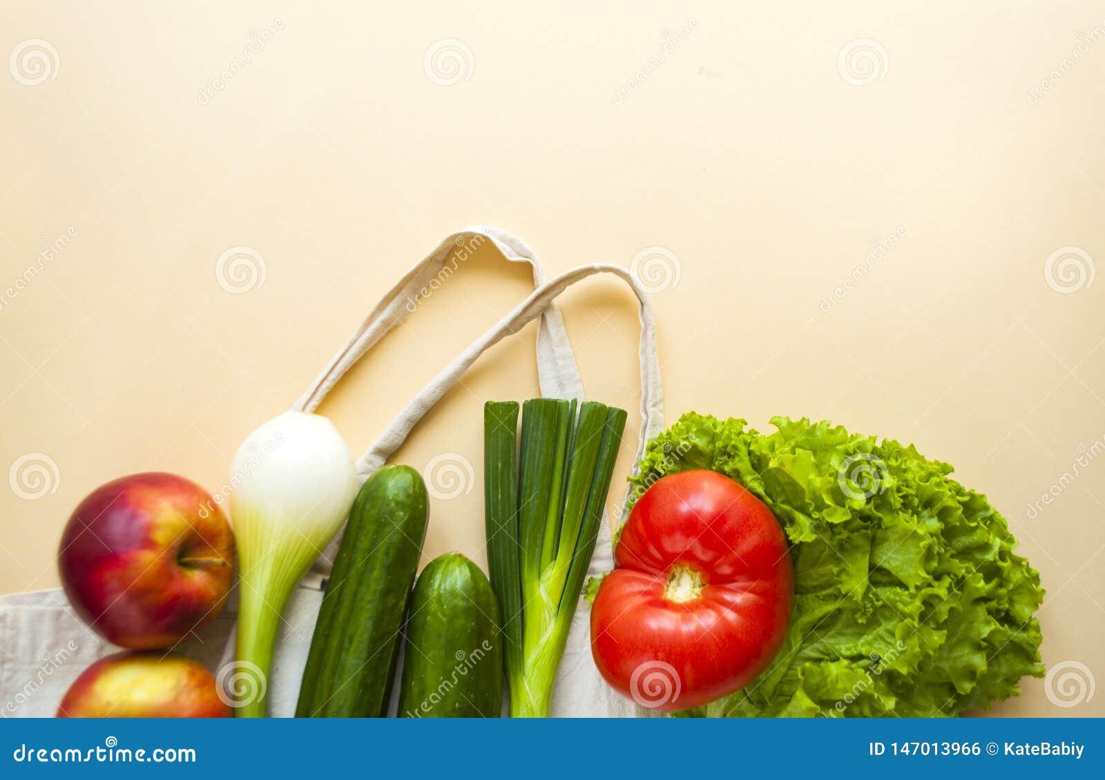 Frutas e legumes frescas no saco do algod?o