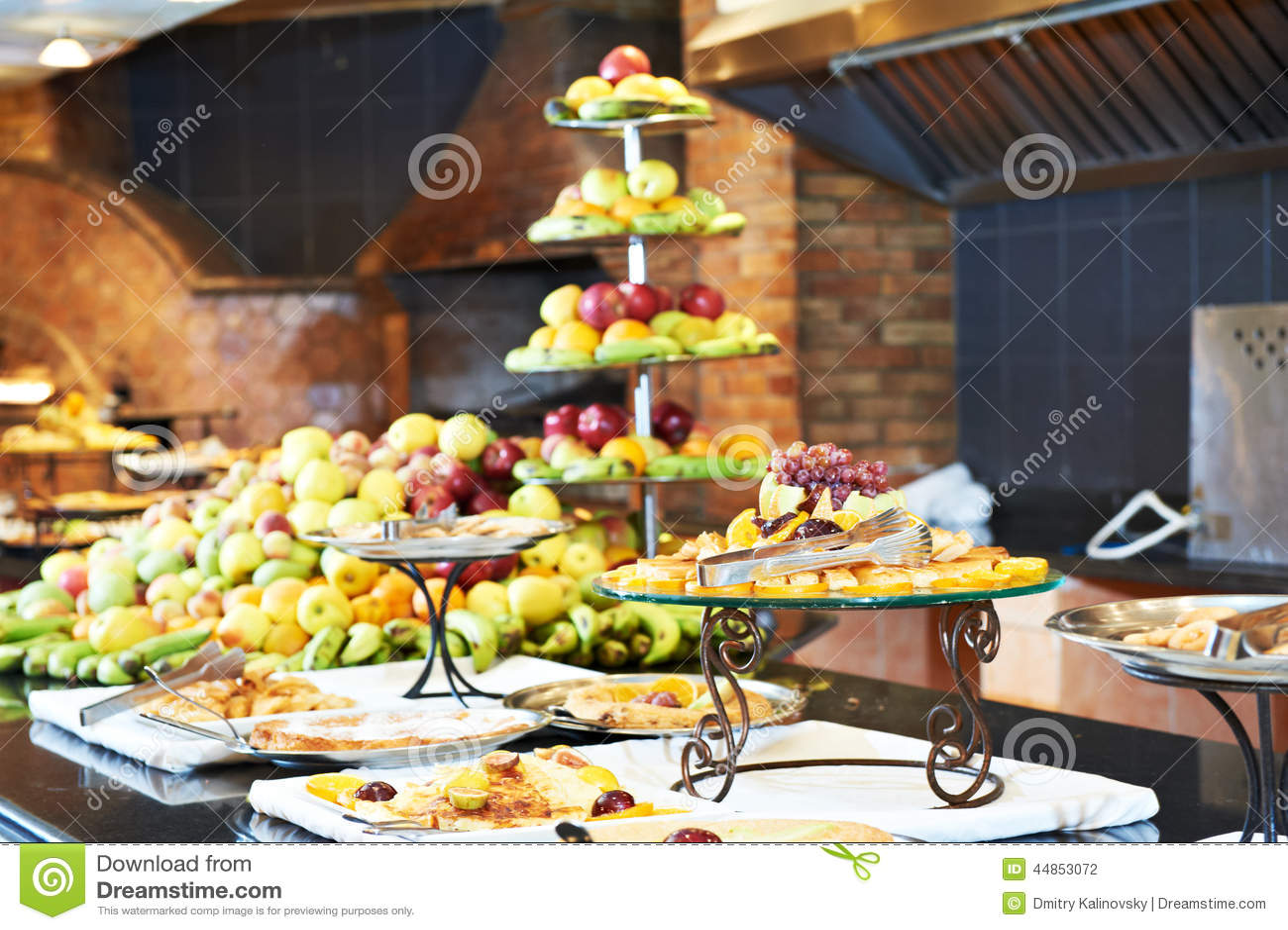 Frutas en línea de la comida fría en restaurante