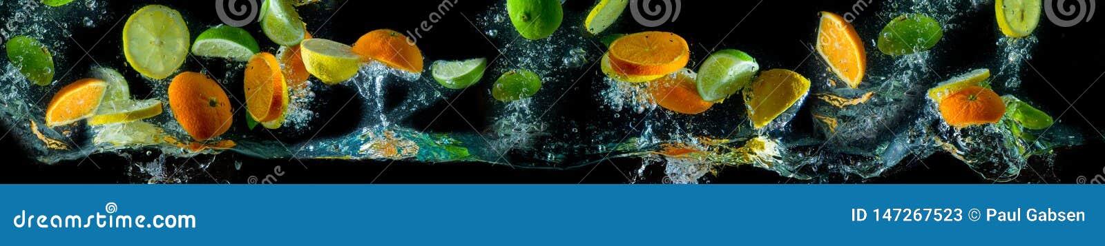 Frutas en vuelo, salpicando el agua Fruta en el agua