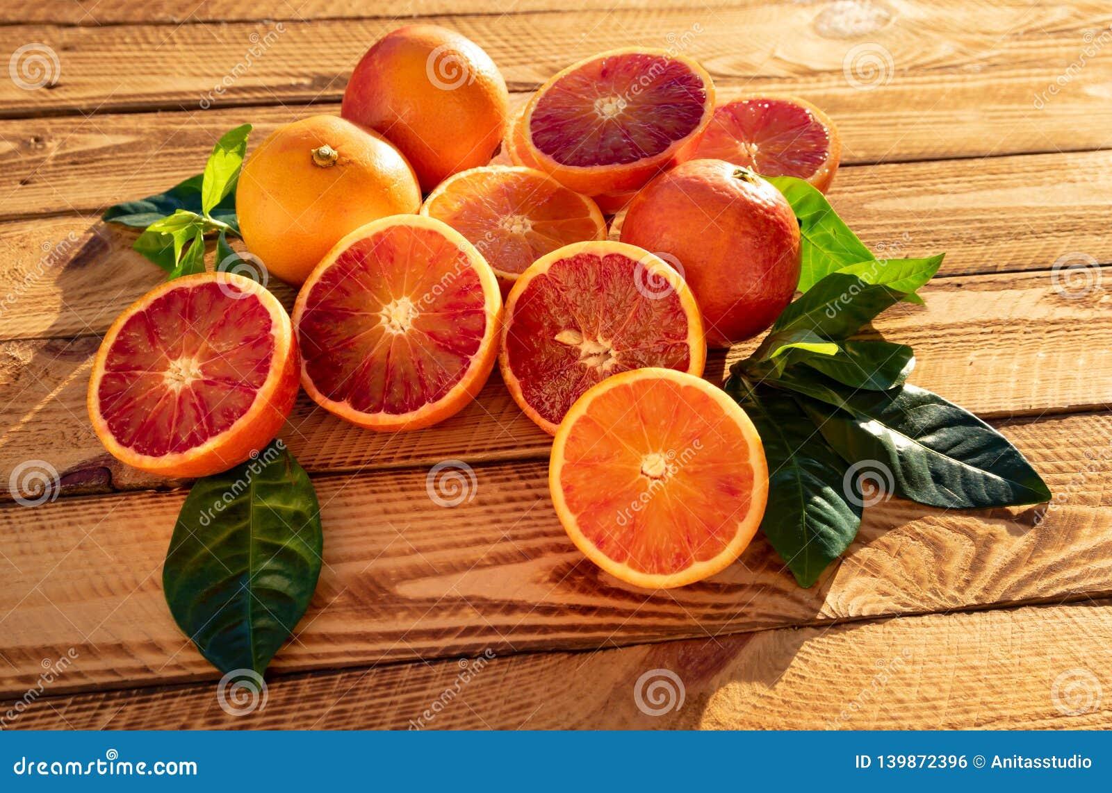 Frutas orgánicas de la fruta de Orangen o de las naranjas de sangre en primer Tiro al aire libre en la sol