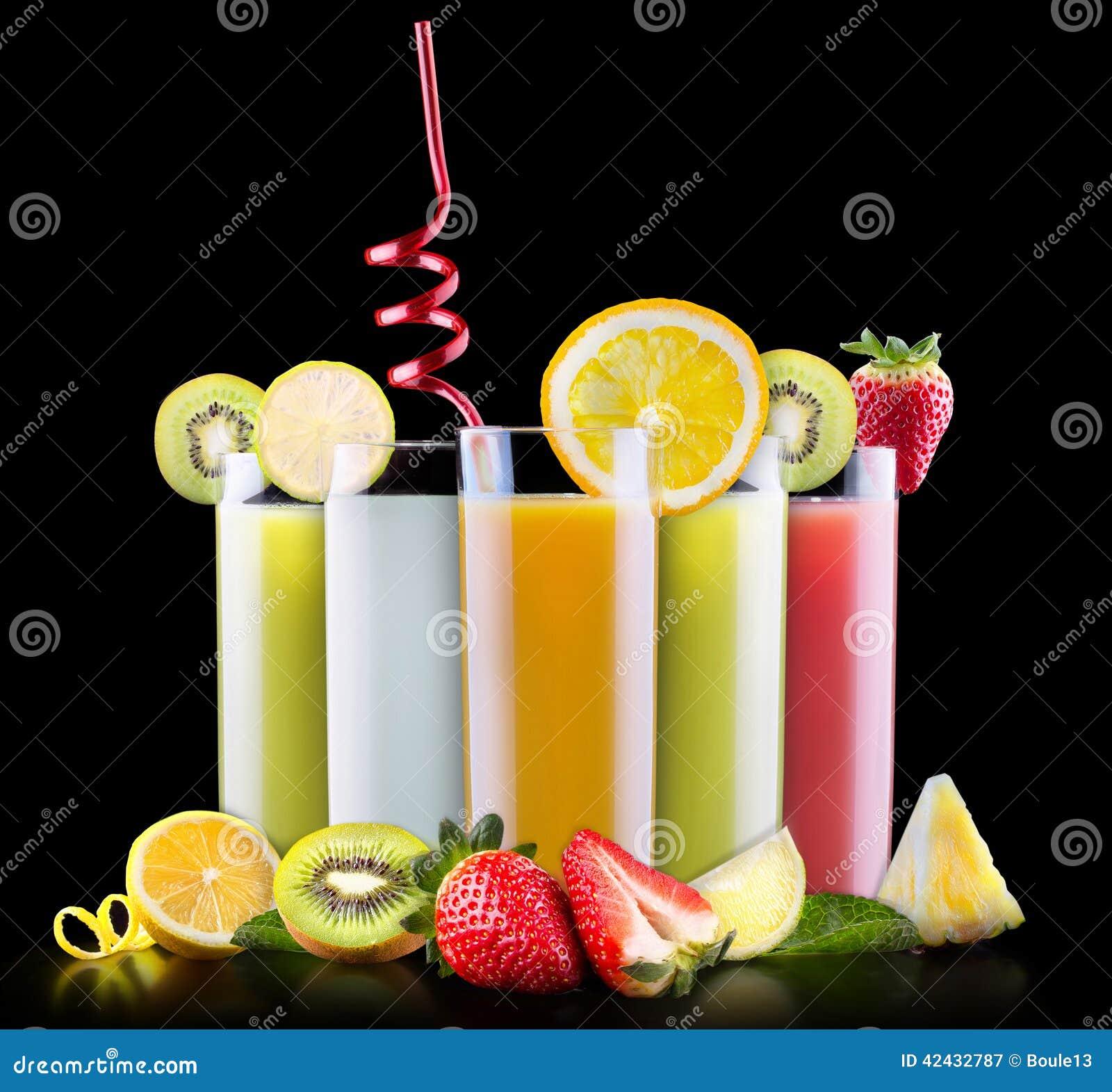 Frutas sabrosas del verano con el jugo en vidrio