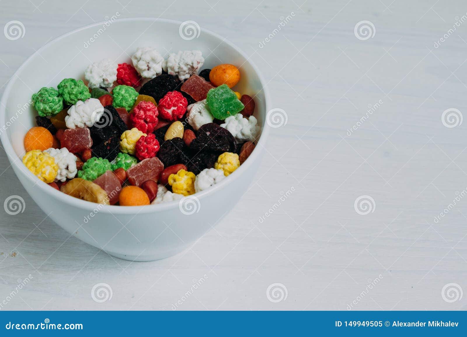 Frutas secadas en un cuenco en la tabla