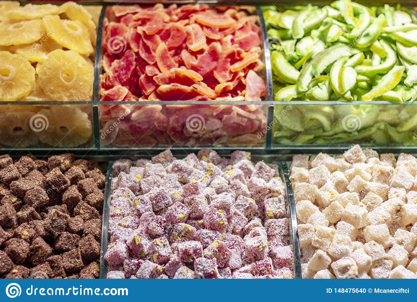 Frutas secadas y placer turco en el banco de trabajo