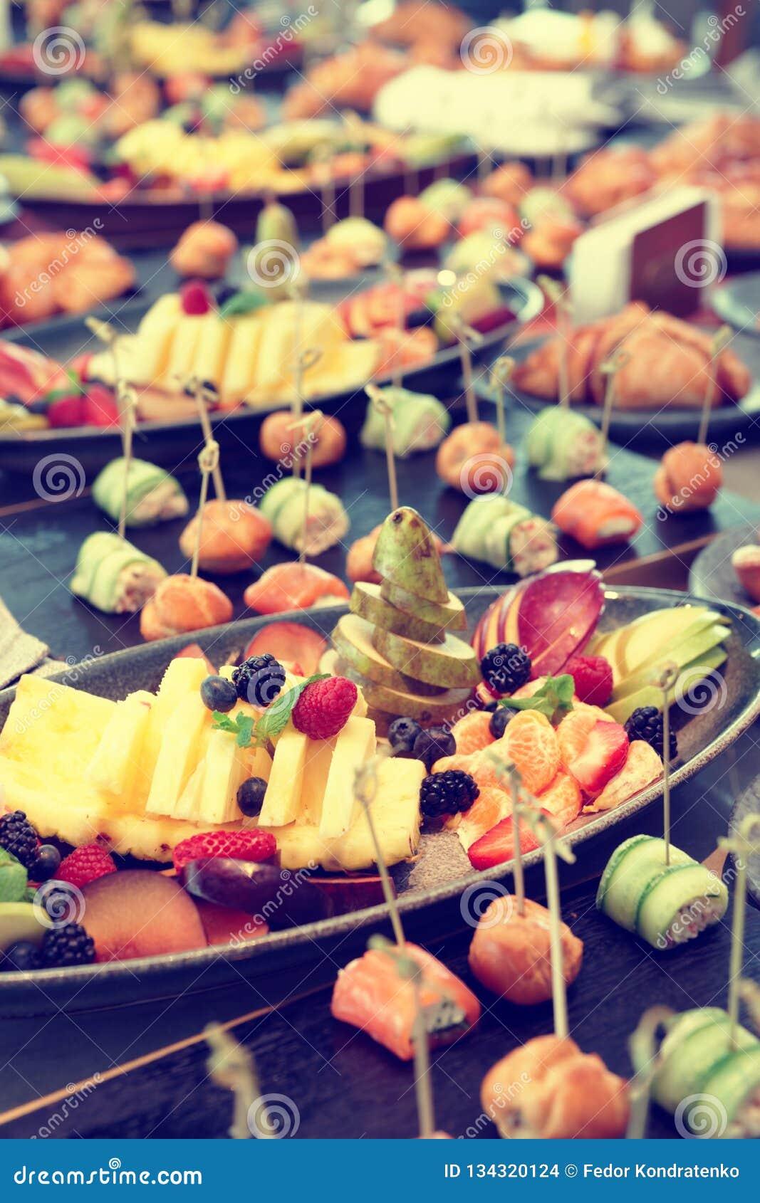 Frutas, tortas de la empanada y pequeños bocados, entonados