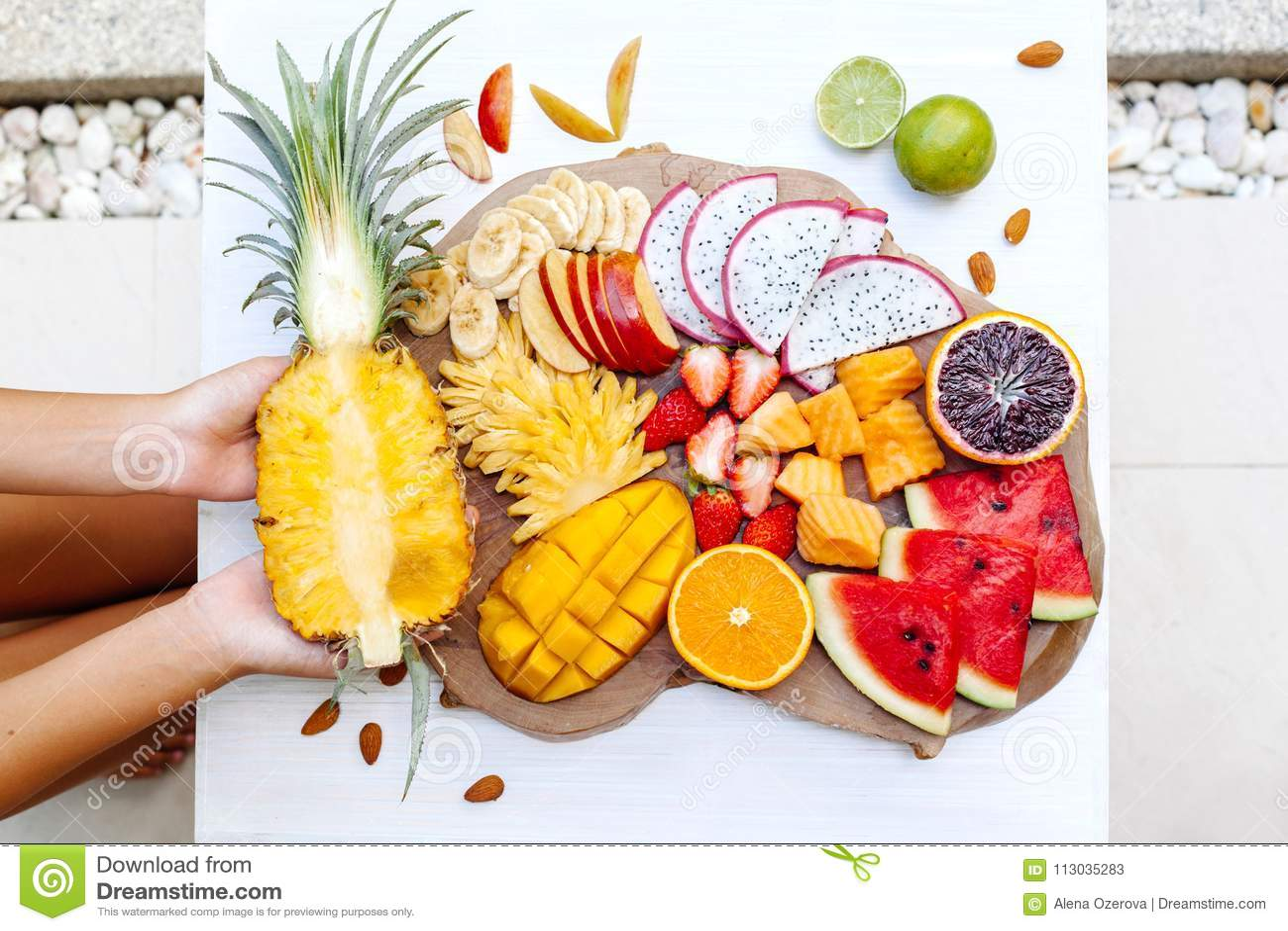 Frutas tropicales coloridas en la bandeja de la porción