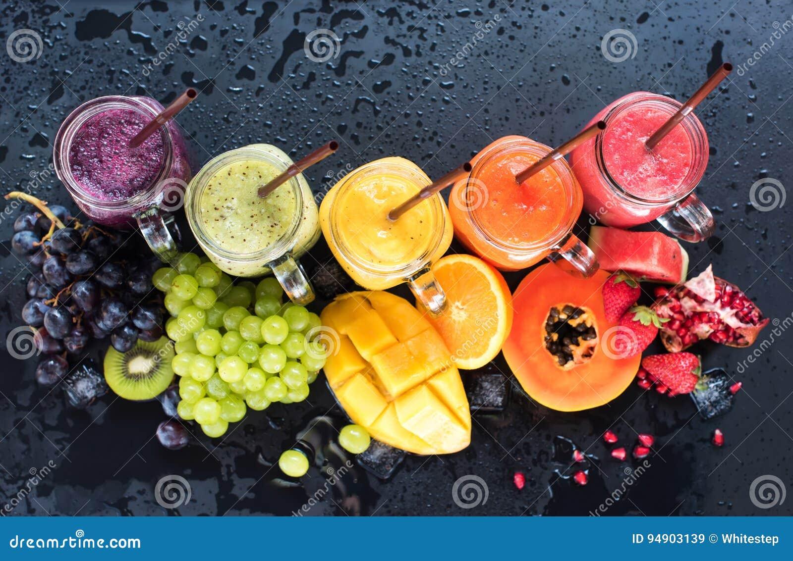 Frutas tropicales del color del smoothie fresco de los jugos