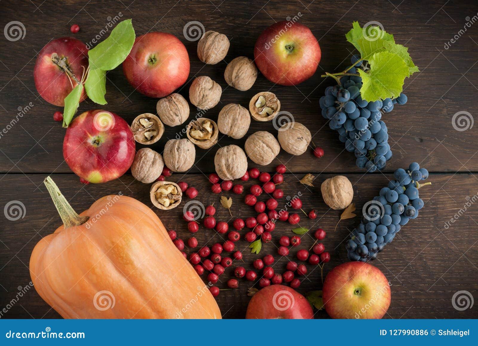 Frutas y verduras del otoño en una tabla de madera