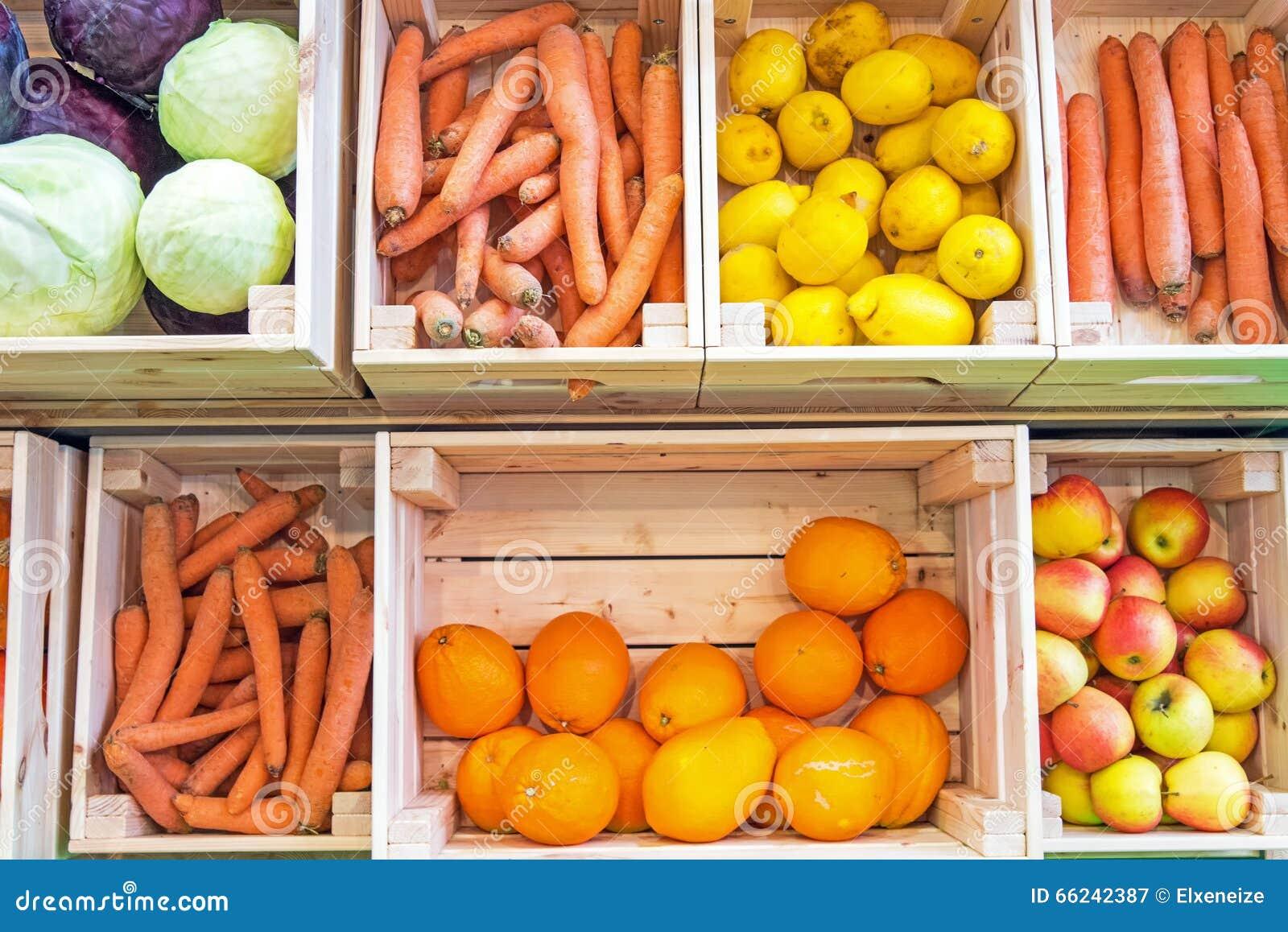 Frutas y verduras en cajas de madera imagen de archivo - Caja de madera fruta ...