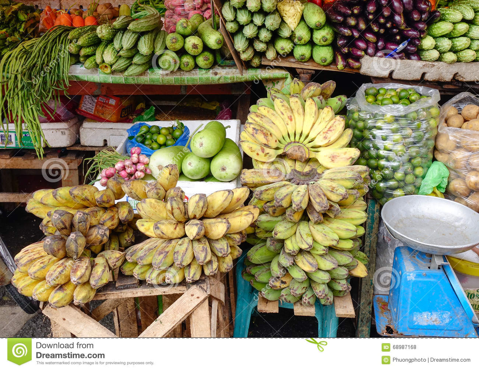 Frutas y verduras frescas en el mercado en Manila, Filipinas