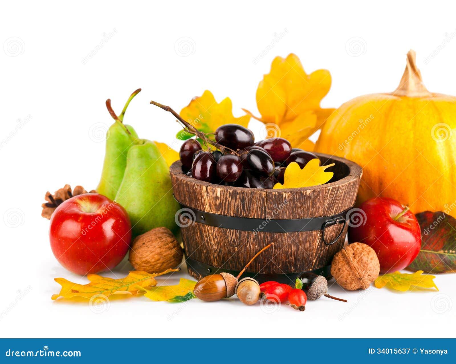 Frutas y verduras otoñales de la cosecha con las hojas amarillas