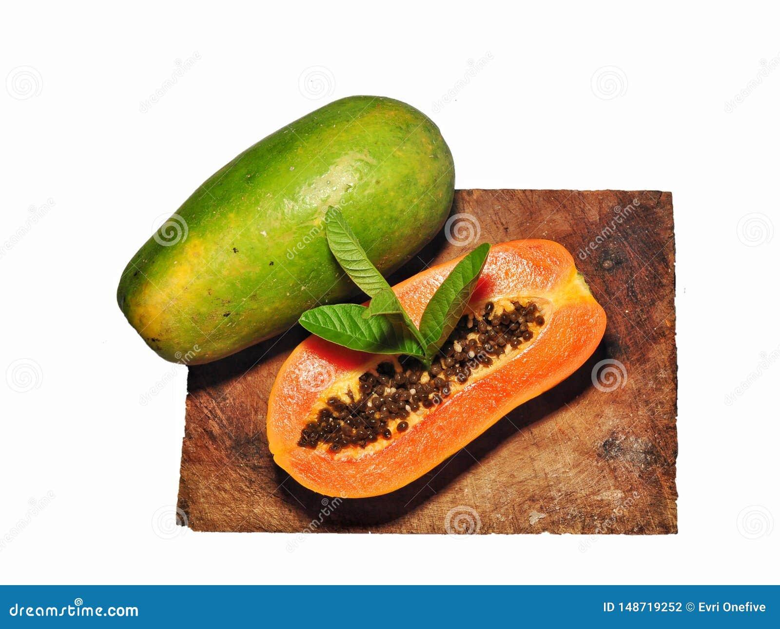Fruto da papaia isolado no fundo branco
