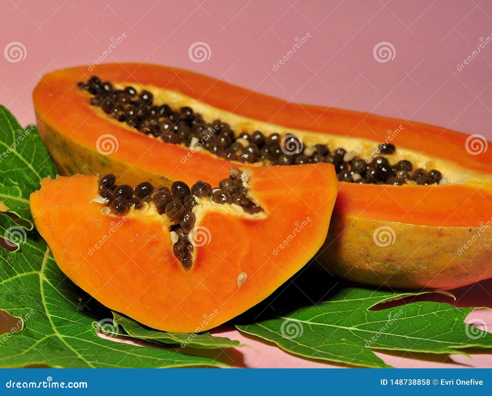 Fruto da papaia isolado no fundo cor-de-rosa