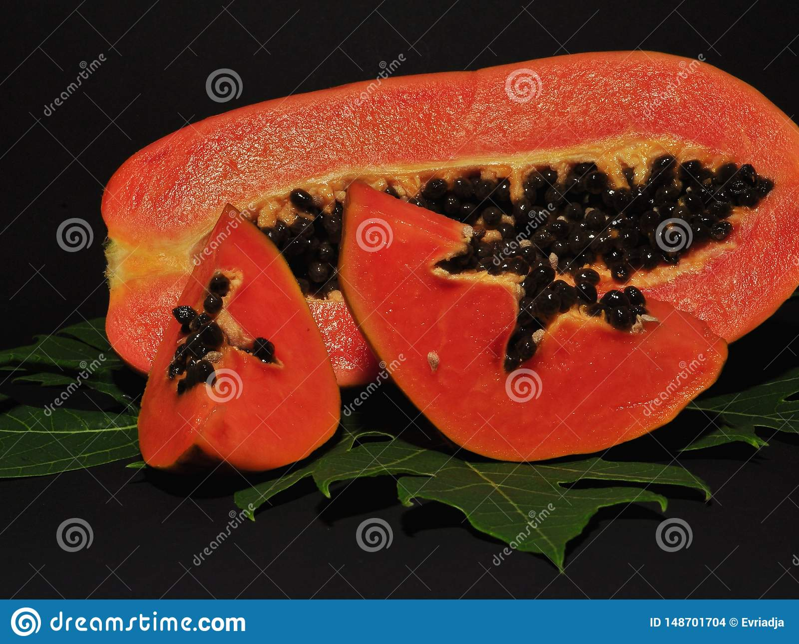 Fruto da papaia isolado no fundo preto