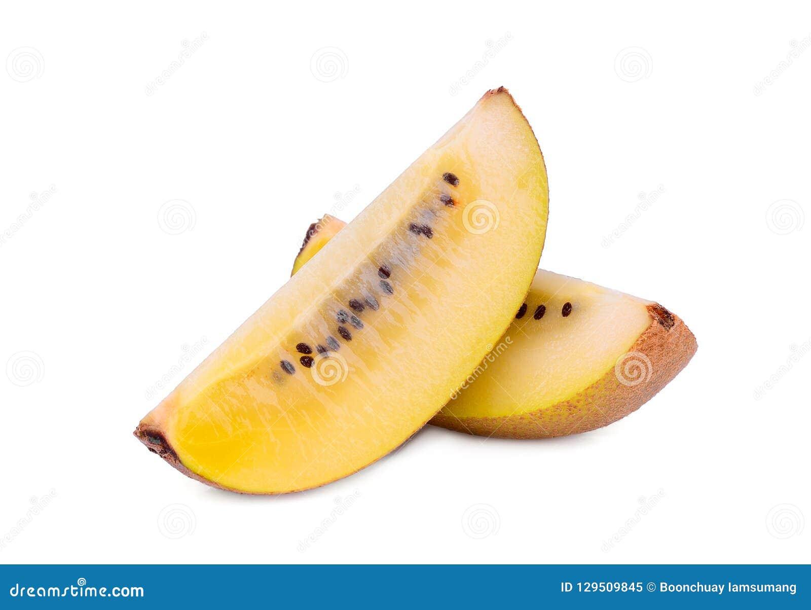 Fruto de quivi amarelo cortado isolado no branco