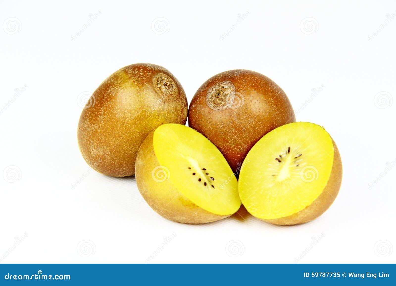 Fruto de quivi dourado em um fundo branco