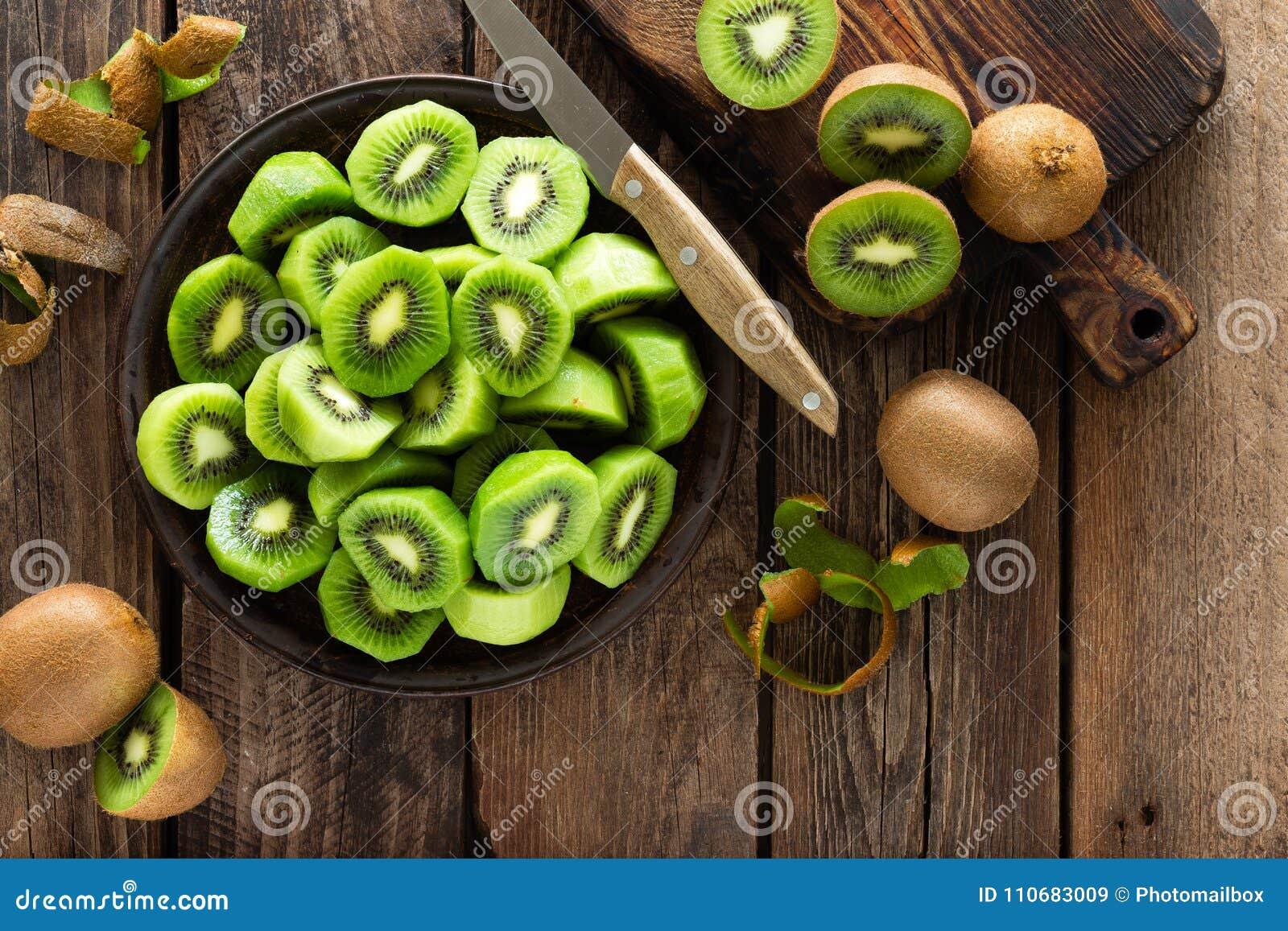 Fruto de quivi na tabela rústica de madeira, ingrediente para o batido da desintoxicação