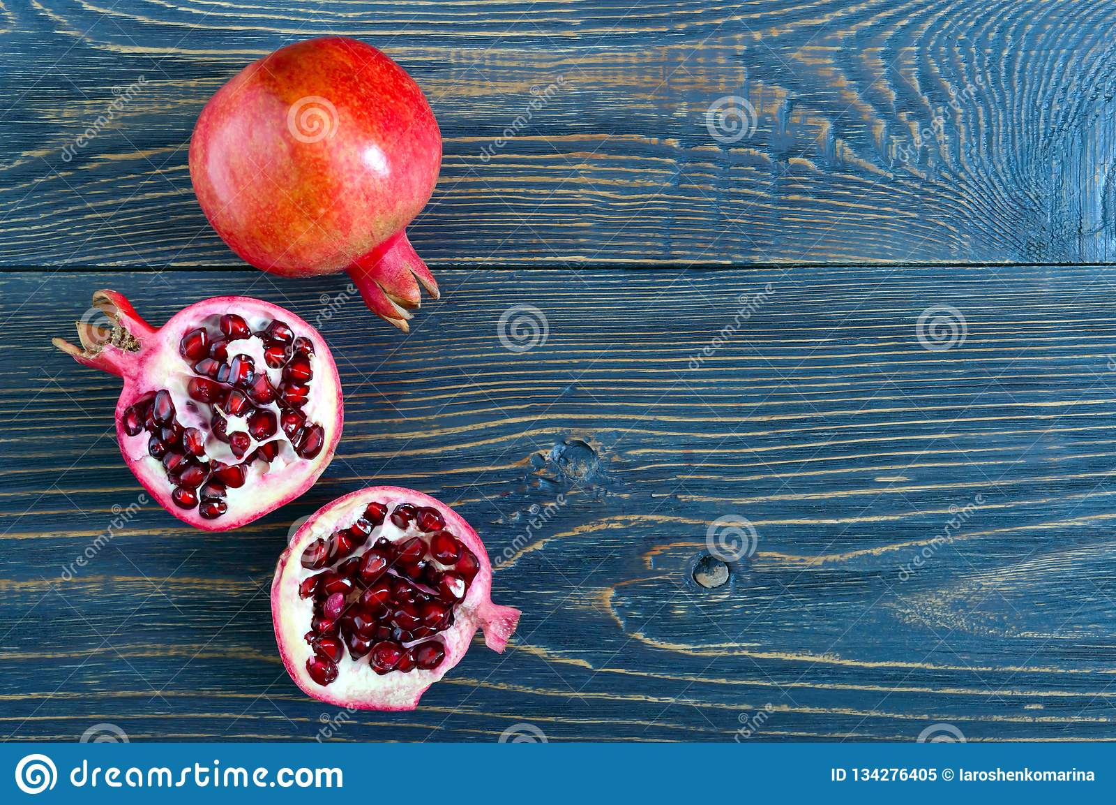 Fruto maduro da romã para fazer o suco fresco da romã na tabela de madeira Conceito saudável comer