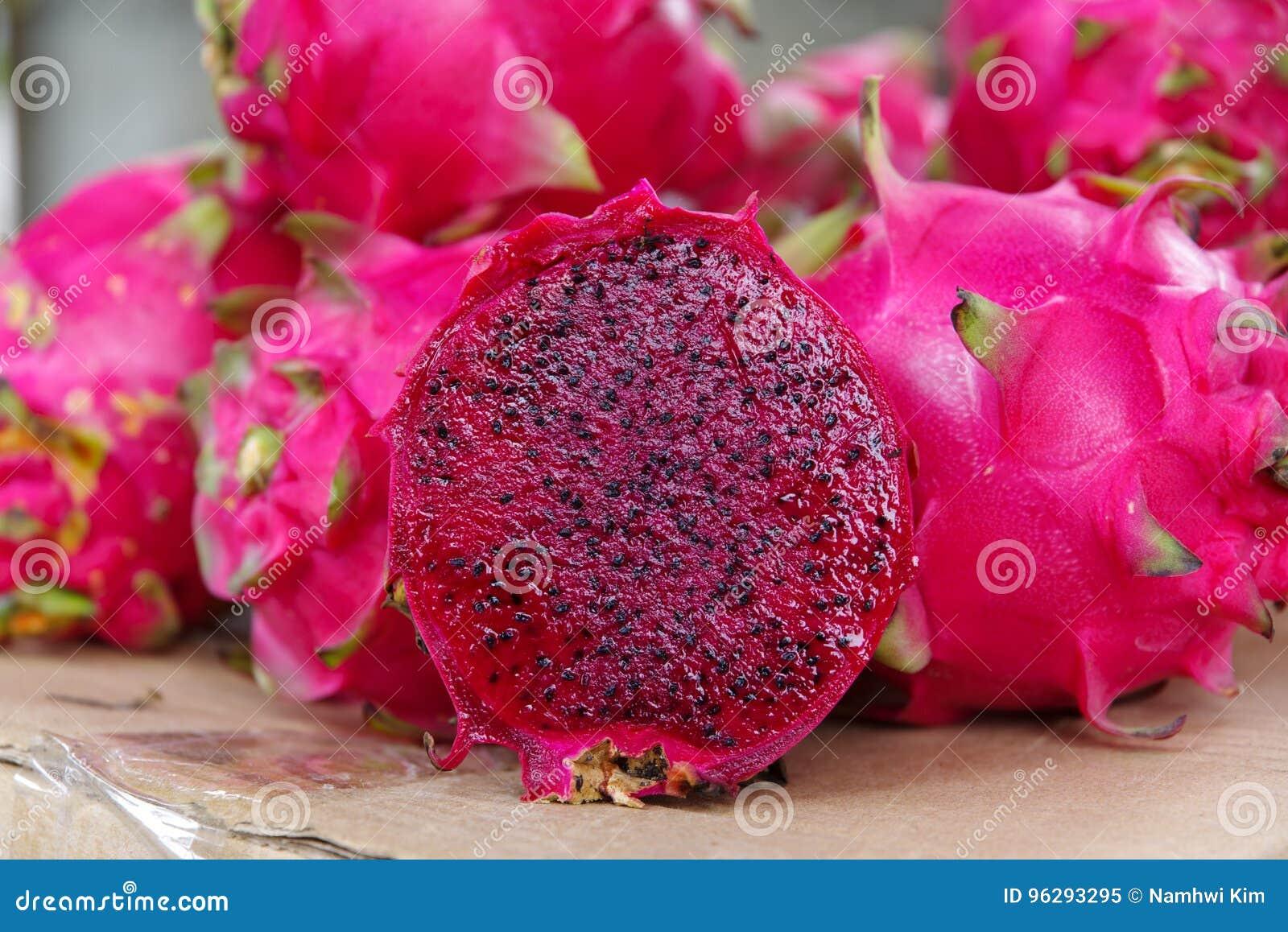 Fruto tropical Pitaya& x28; Dragon Fruit vermelho & x29;