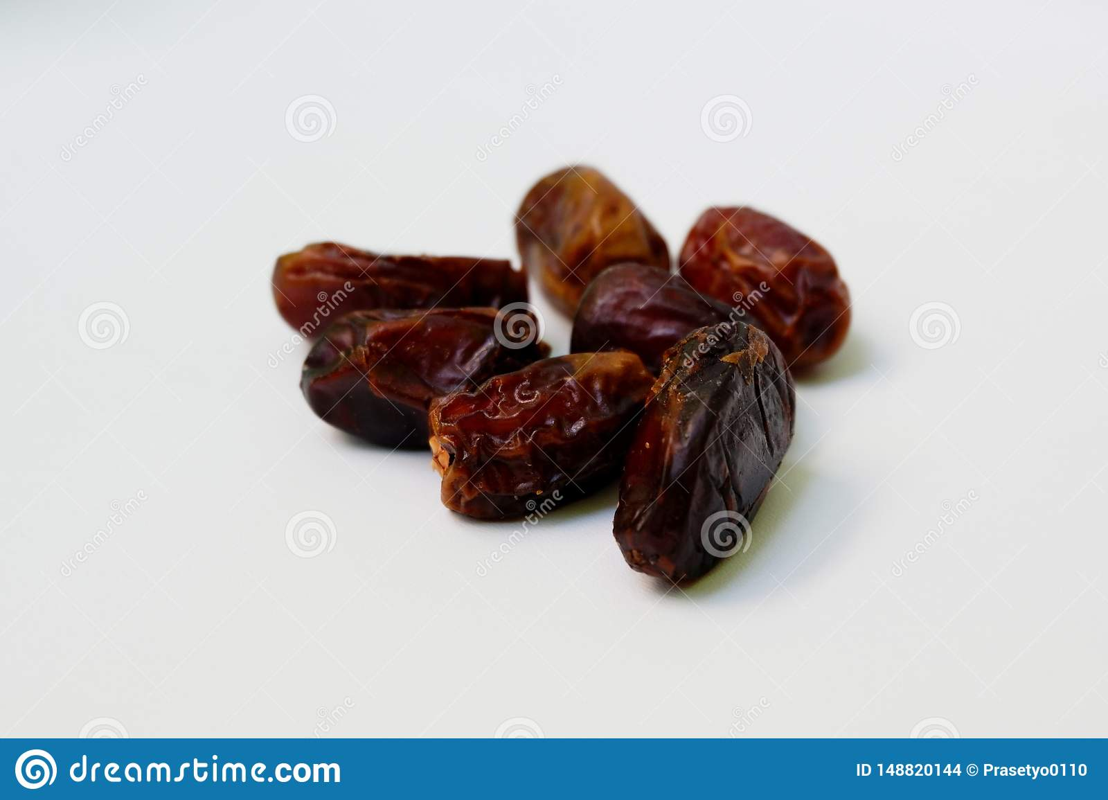 Frutos da palma de data secada do close up ou kurma doce, alimento ramazan de ramadan no fundo branco Fim da vista superior acima