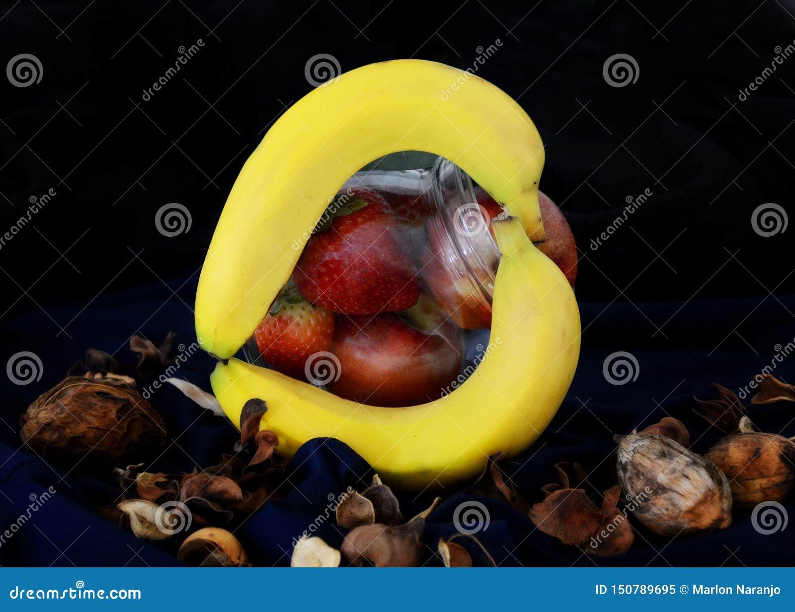 Frutos em um recipiente no modo escuro do alimento