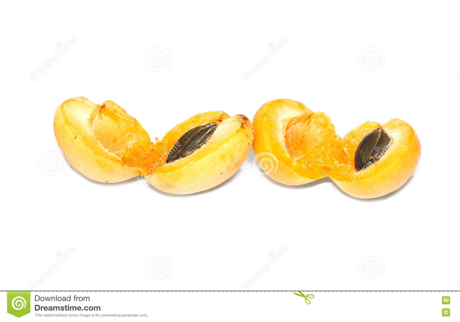 Frutos frescos do abricó isolados