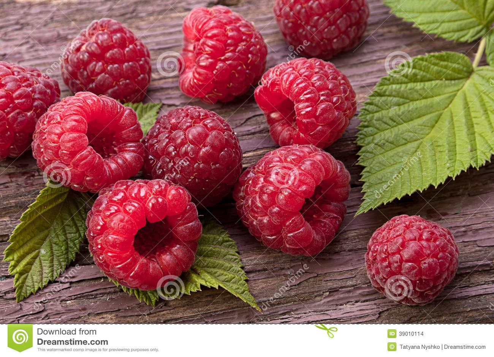 Frutta del lampone su legno