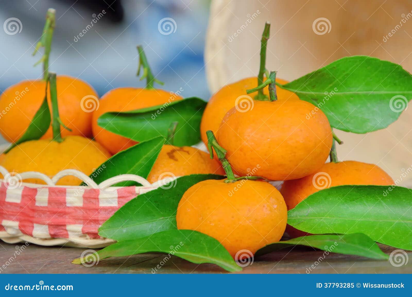 Frutta del mandarino con la foglia verde sul pavimento di for Frutta con la o iniziale