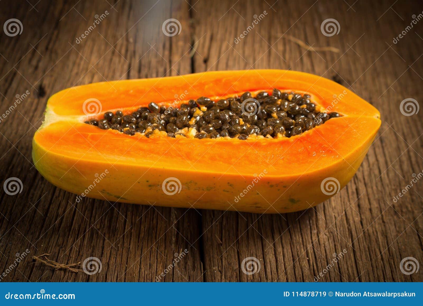 Frutta della papaia mezzo seme Vecchio di legno moring Tramonto Arte Asiatico
