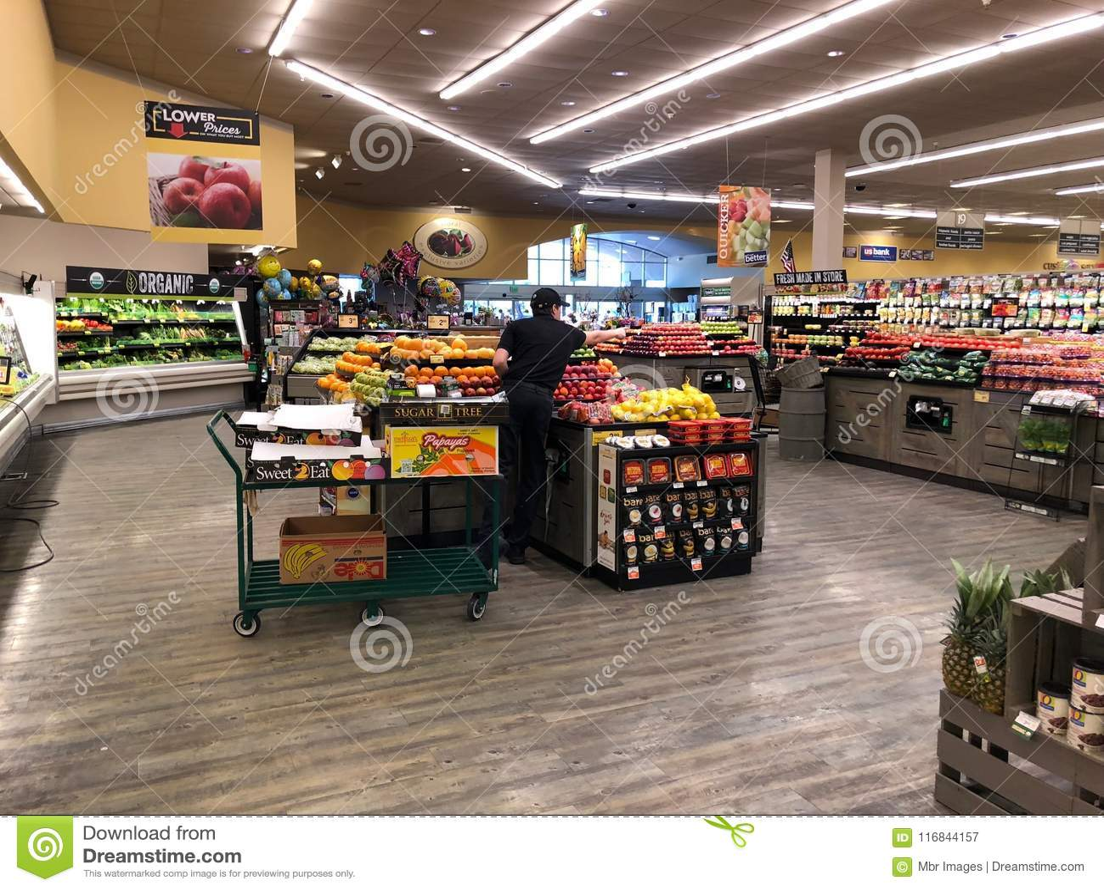 Frutta e dipartimento delle verdure in un supermercato