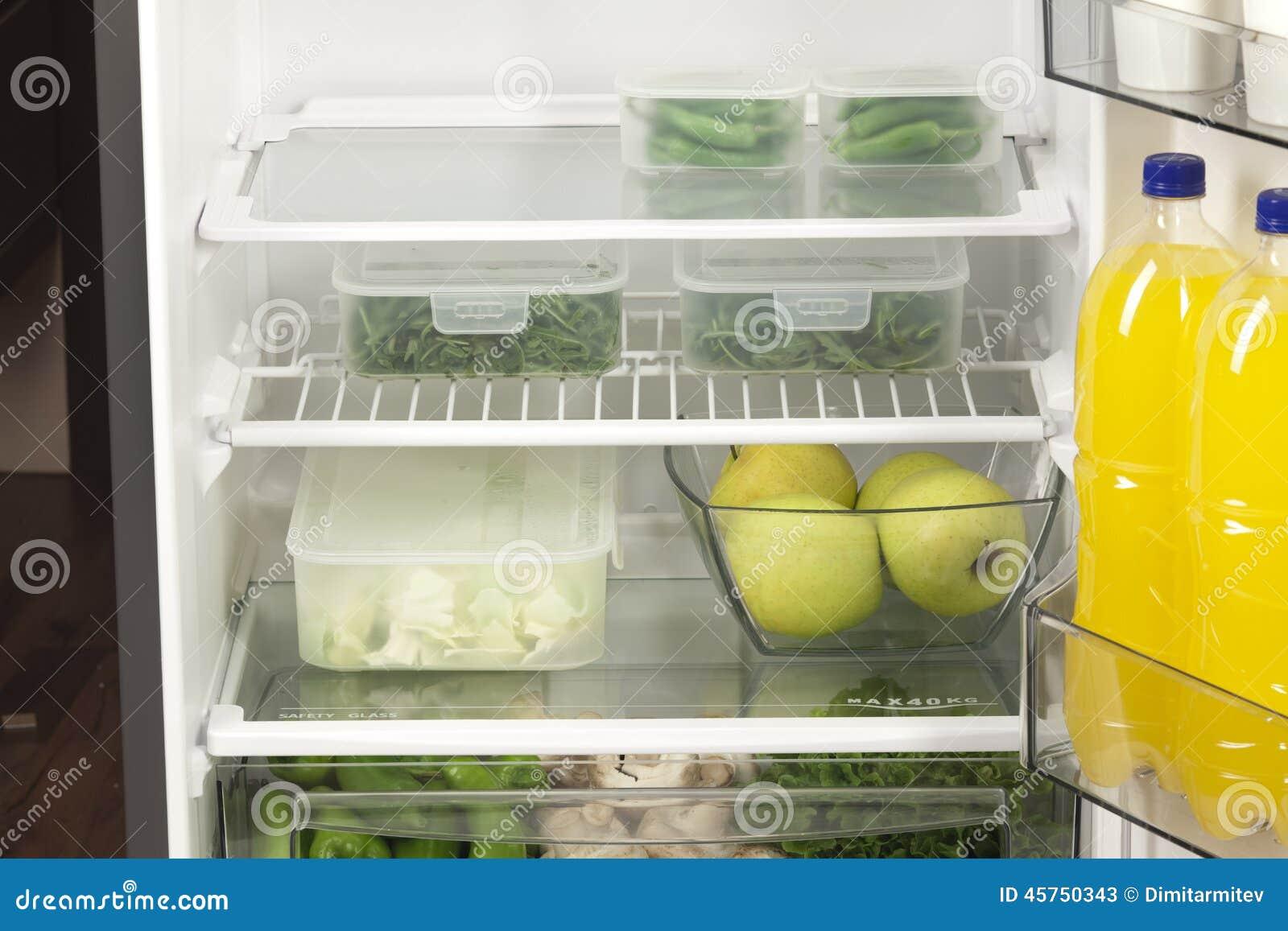 Frutta e verdure in due contenitori in un frigorifero moderno
