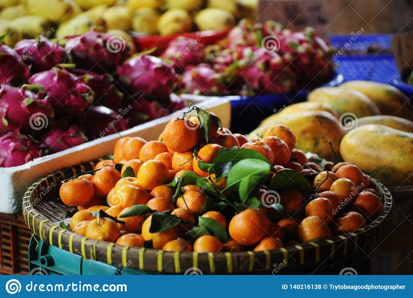Frutta esotica del drago del mercato di frutta, mandarino, papaia
