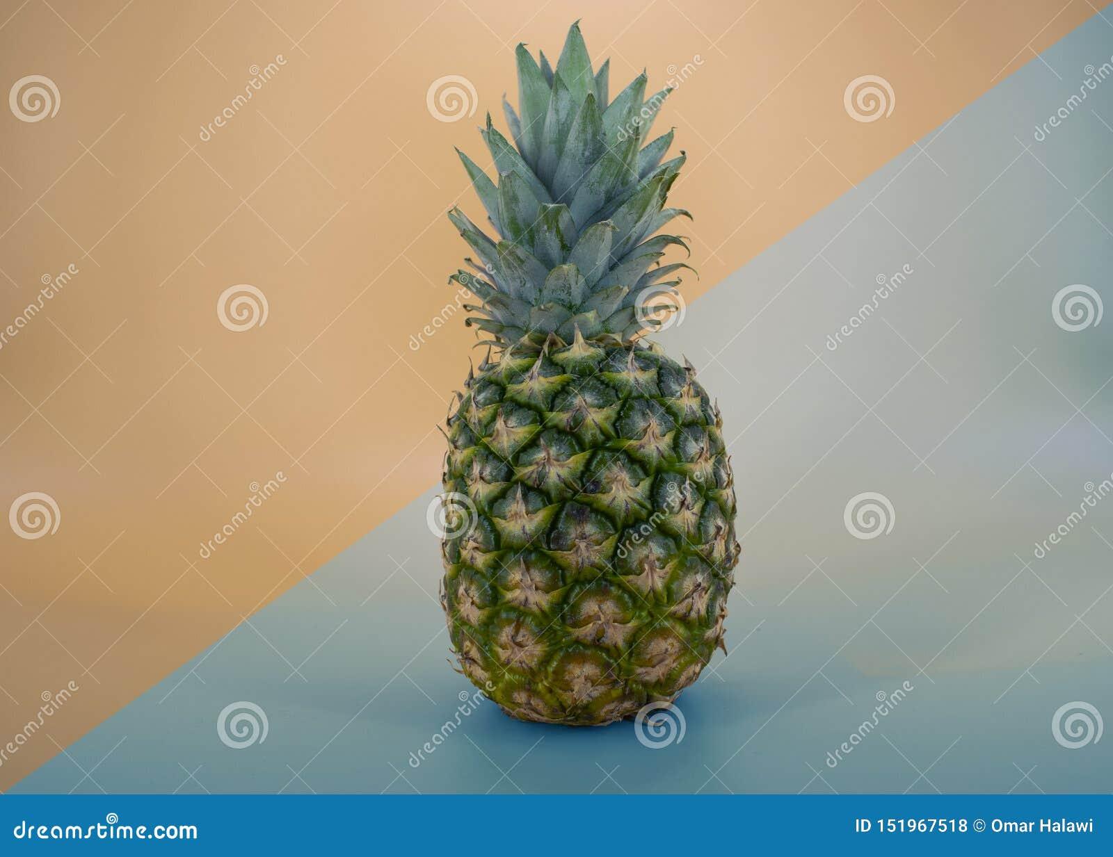 Frutta fresca dell ananas, blu moderno di orango del backraund