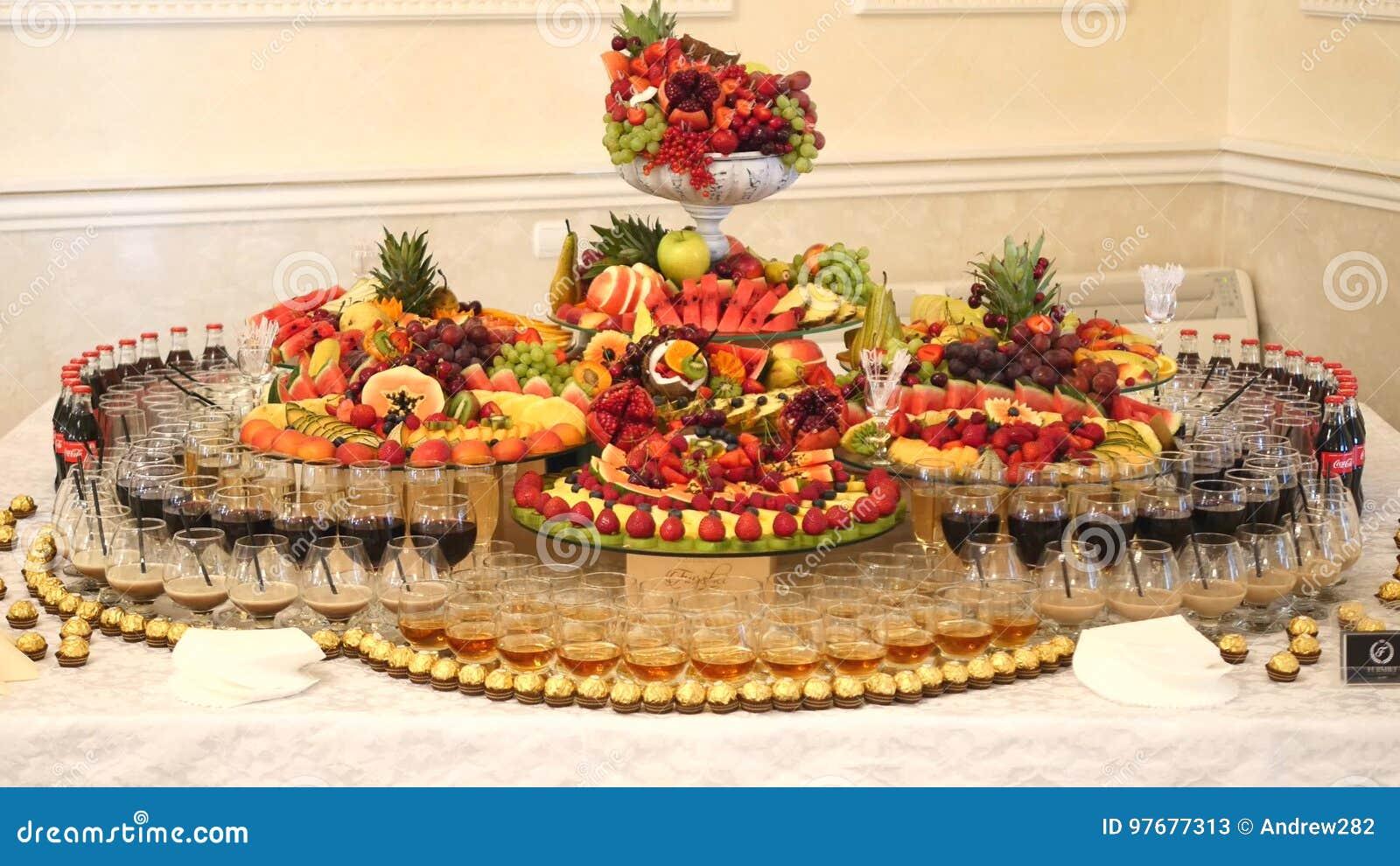 Decorazioni Buffet Frutta : Frutta fresca differente sulla tavola di buffet di nozze frutti e