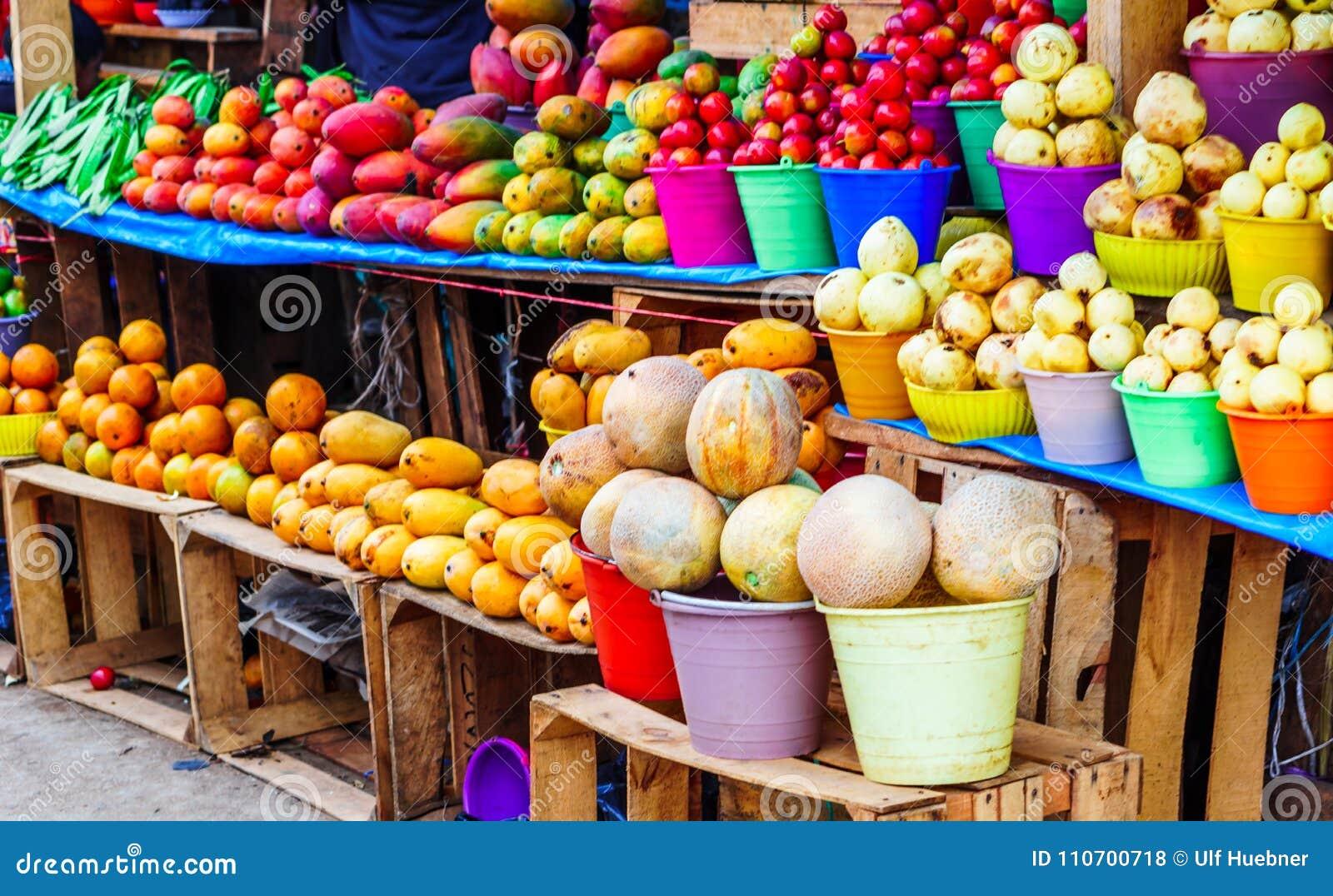 Frutta fresca sul mercato indigeno nel Guatemala