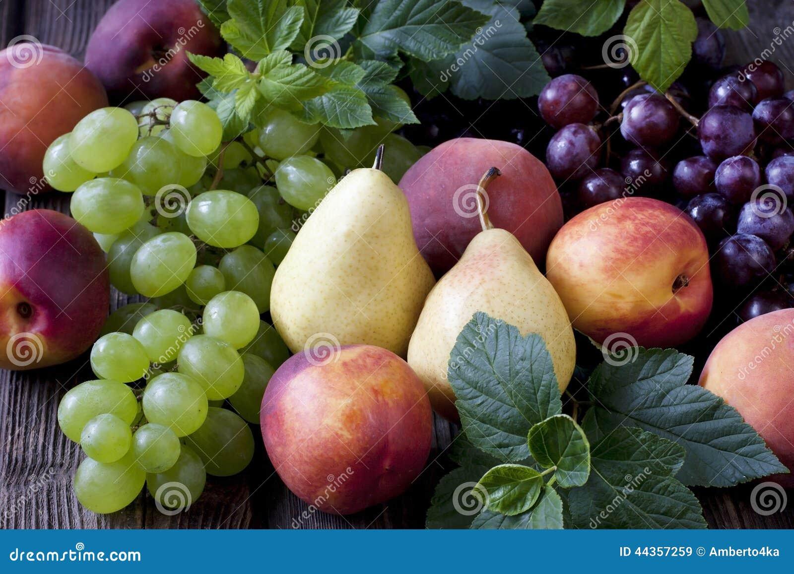 Frutta fresca sulla tavola di legno