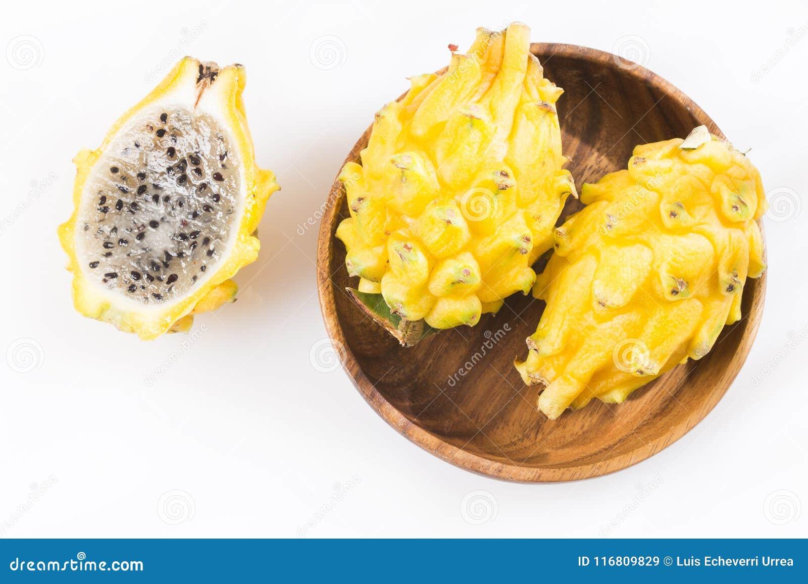 Frutta gialla del drago o di pitahaya su fondo bianco - megalanthus del Selenicereus