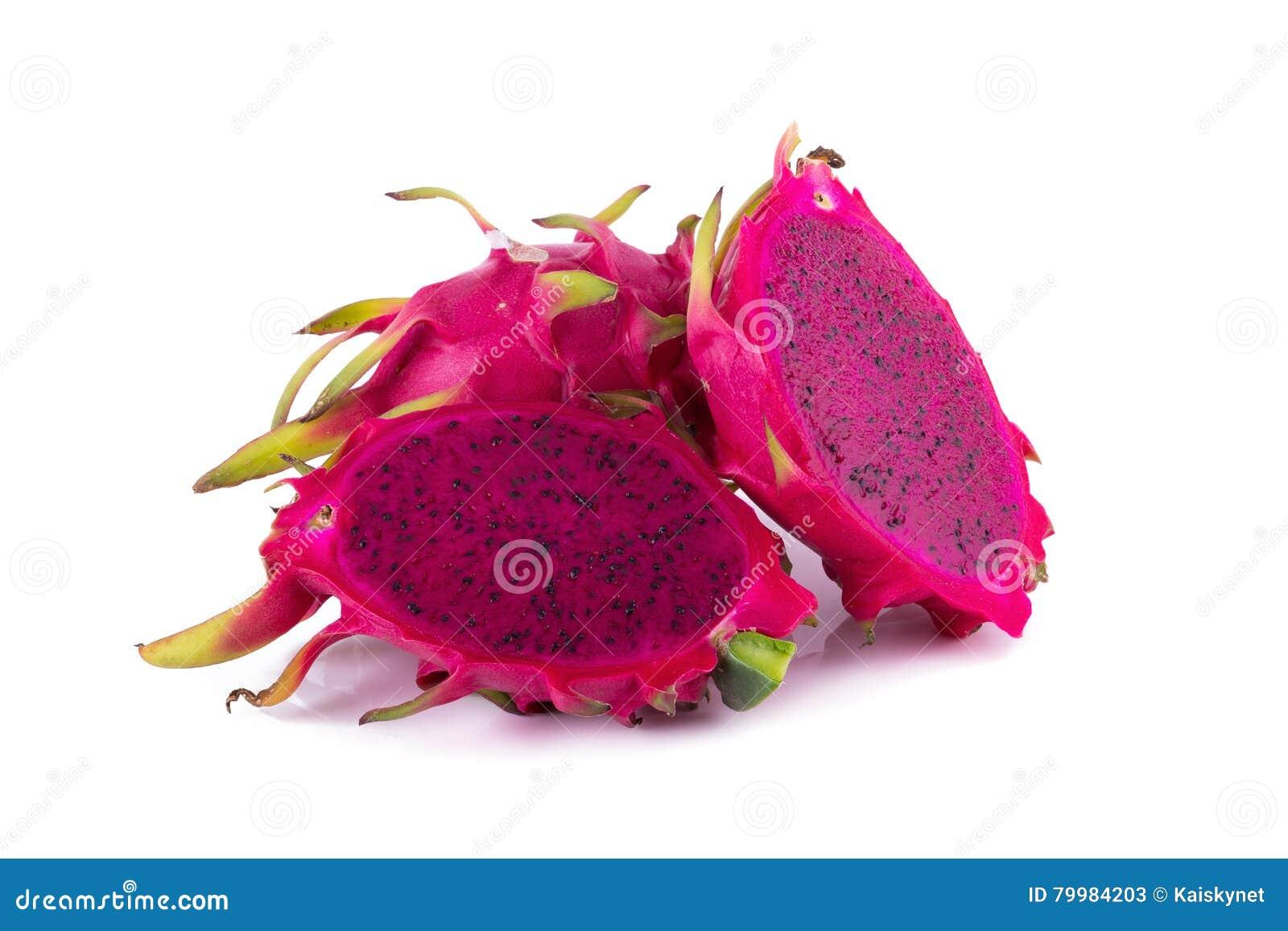 Frutta rossa affettata del drago isolata su fondo bianco