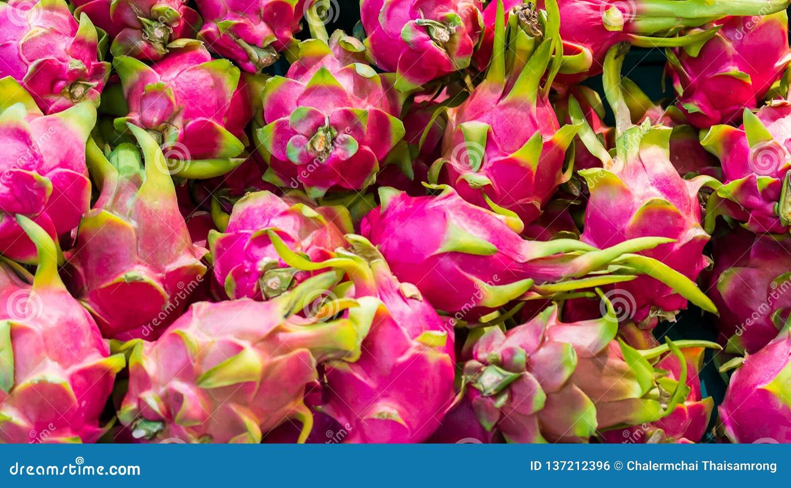 Frutta rossa del drago sul supporto del mercato, Tailandia