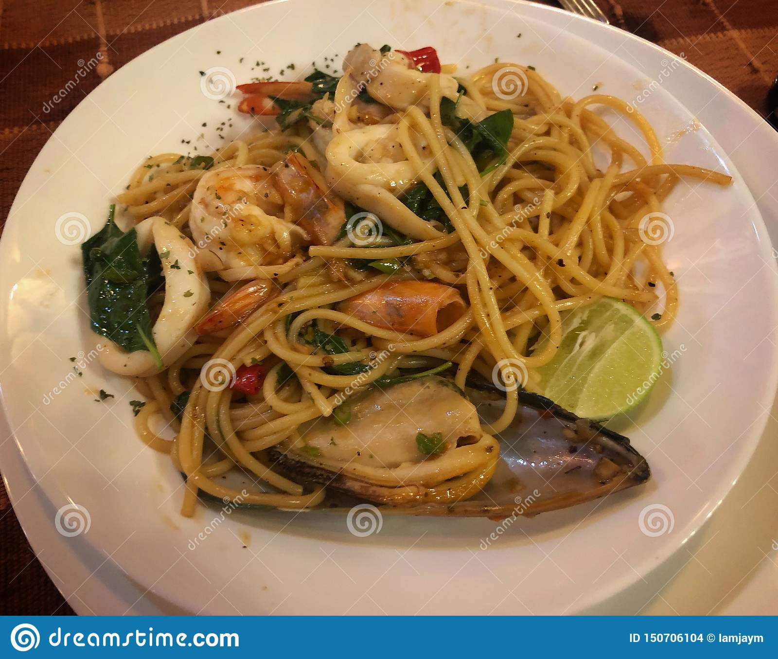Frutti di mare piccanti degli spaghetti della Tailandia sul disco bianco