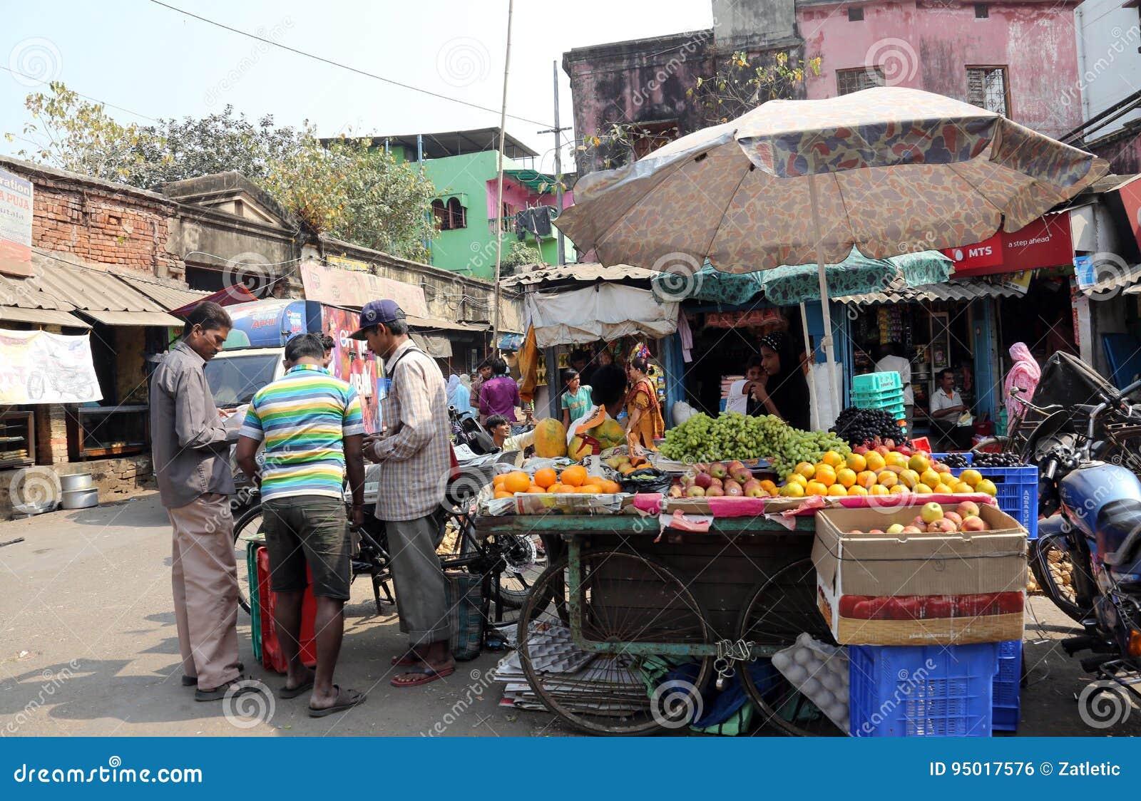 Frutti di vendita del commerciante della via in Calcutta India