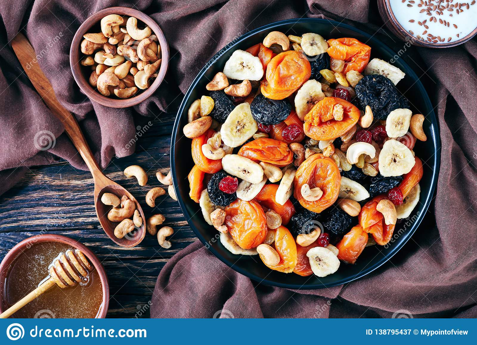 Frutti e ciotola secchi saporiti della miscela del dado